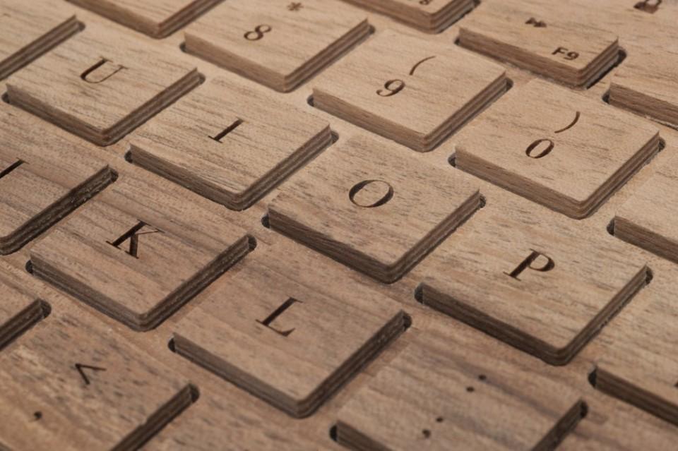 Deitail-Ansicht der Tasten und des Fonts/ Walnuss