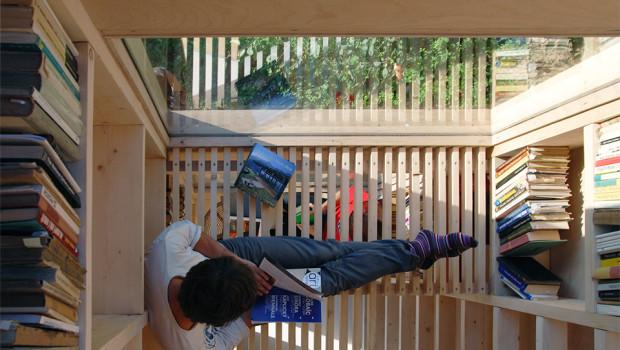 Leser im zweiten Stock des Baumhauses