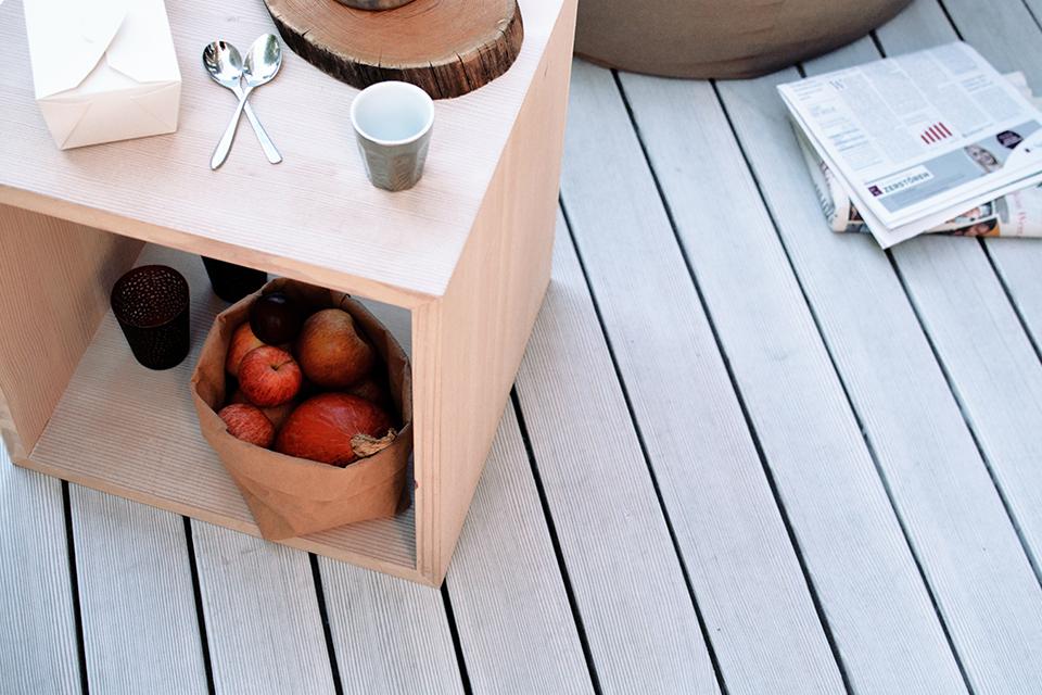 pur-natur-Terrassendielen-Douglasie-Kollin_Herbstnachmittag_Tisch-mit-Apfel