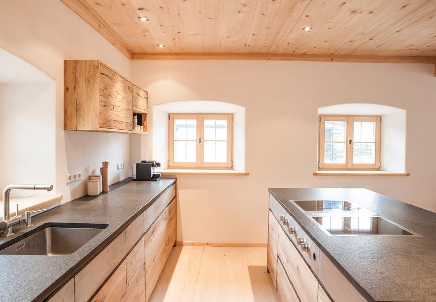 Landhaus-Küche vom Schreiner  aus Altholz gefertigt