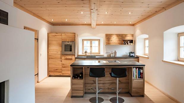 Schreinerküche im Altholz-Design