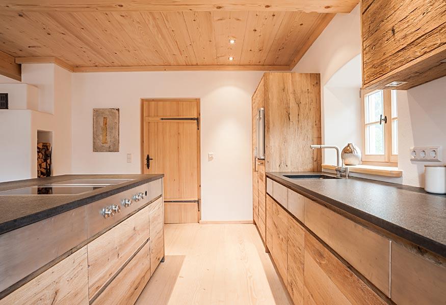Küche aus Altholz in den Bergen