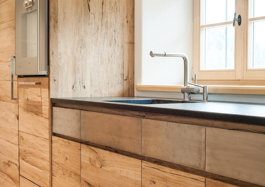 Küchenfront-mit-Altholz-und-Edelstahl