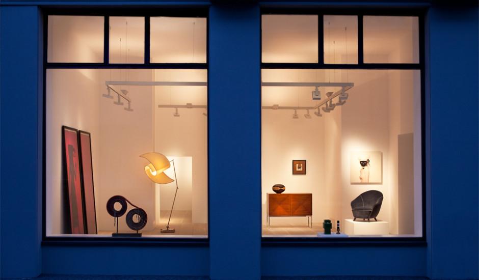 Aussenansicht Galerie Beckers in Frankfurt mit pur natur Douglasie Dielen und Ausstellungsgegenständen