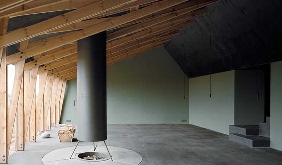 Großer Raum des Werkhauses mit offenem Feuer und hölzernem Gebälk