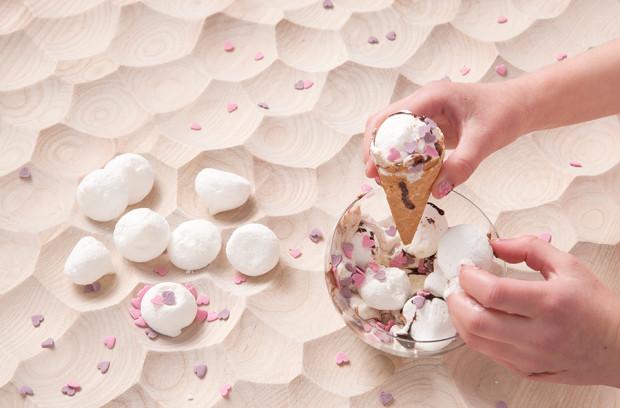 Umami Tisch mit Einkerbungen und Eiskrem in einem Glasbehältnis.