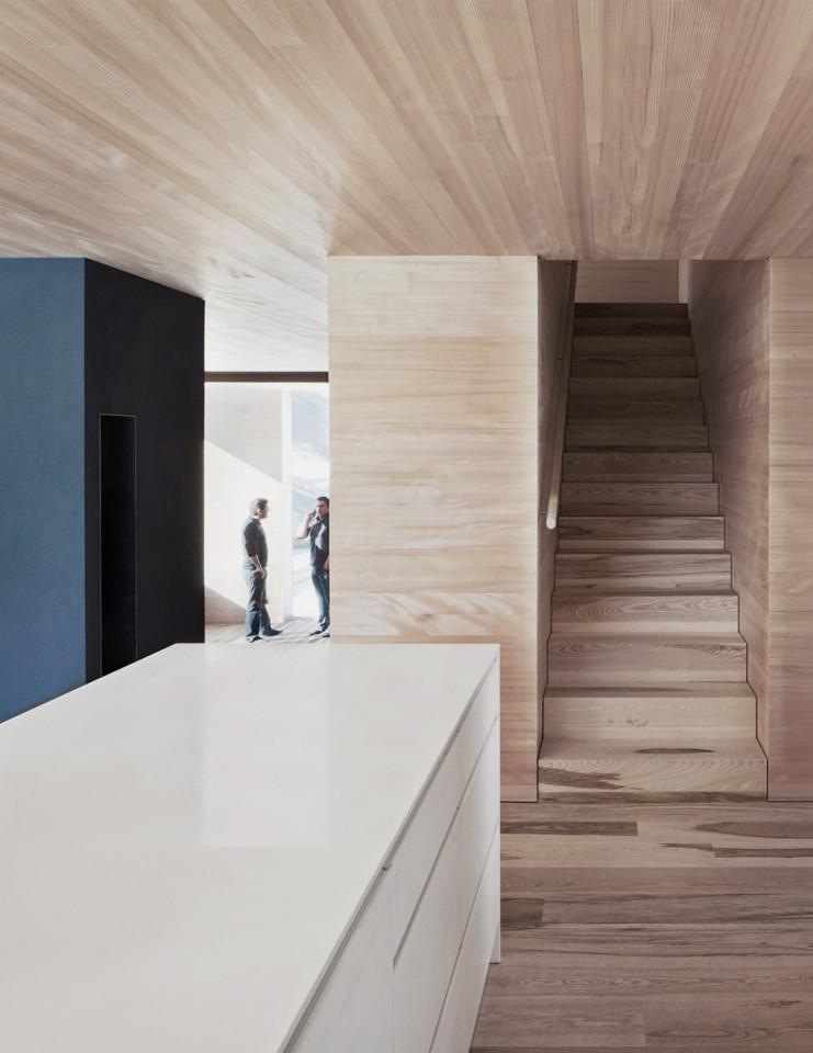 Haus-Fontanella_Bernardo-Bader-Architekten_Holztreppe_04