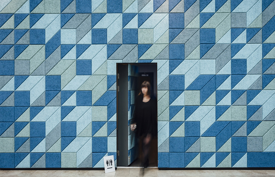 Baux_panels-sweden_women-through-blue-panels