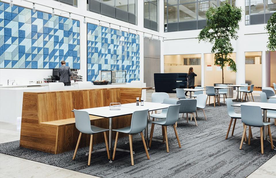 Ein Café in Blauen Farben gehalten und Baux Panels an den Wänden.