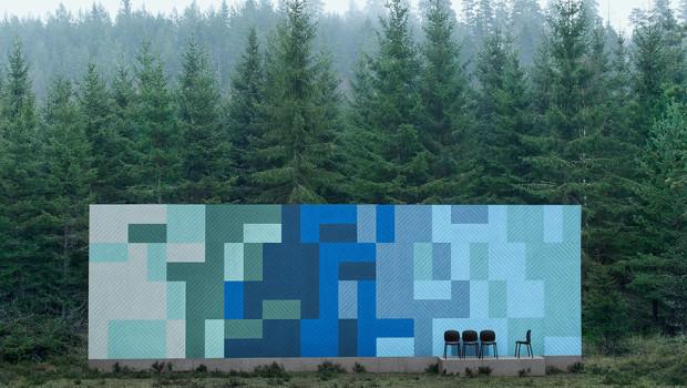 Eine Baux Fassade vor einem Waldstück. Die Farben der Panels wurden der Umgebung angepasst.