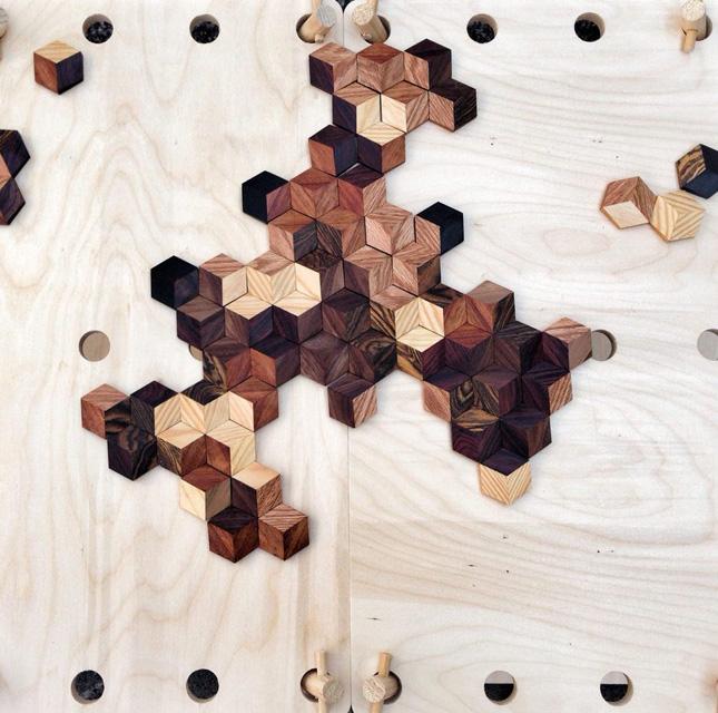 Draufsicht auf gelegte Spielsteine die sich auf einem Holzbrett befinden