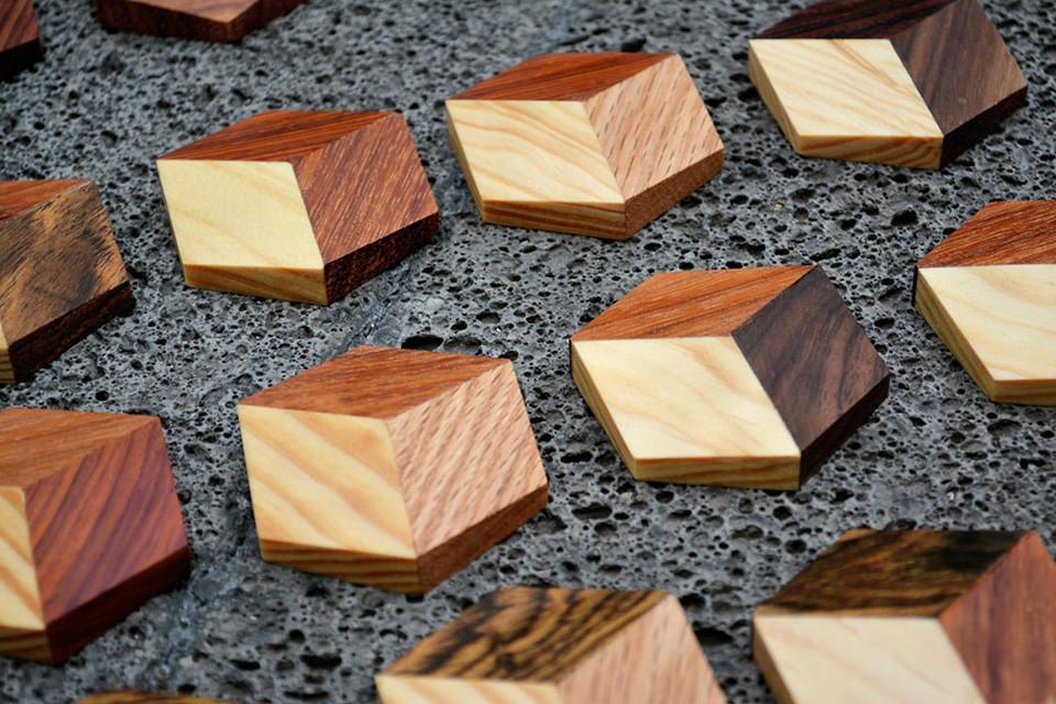 Detailaufnahme der hexagonalen, hölzernenSpielsteine