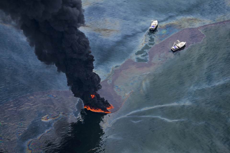 June 17, 2010. Louisiana (USA) Boats burning oil on the surface near BP's Deepwater Horizon spill source. © Daniel Beltra, courtesy of Catherine Edelman Gallery, Chicago