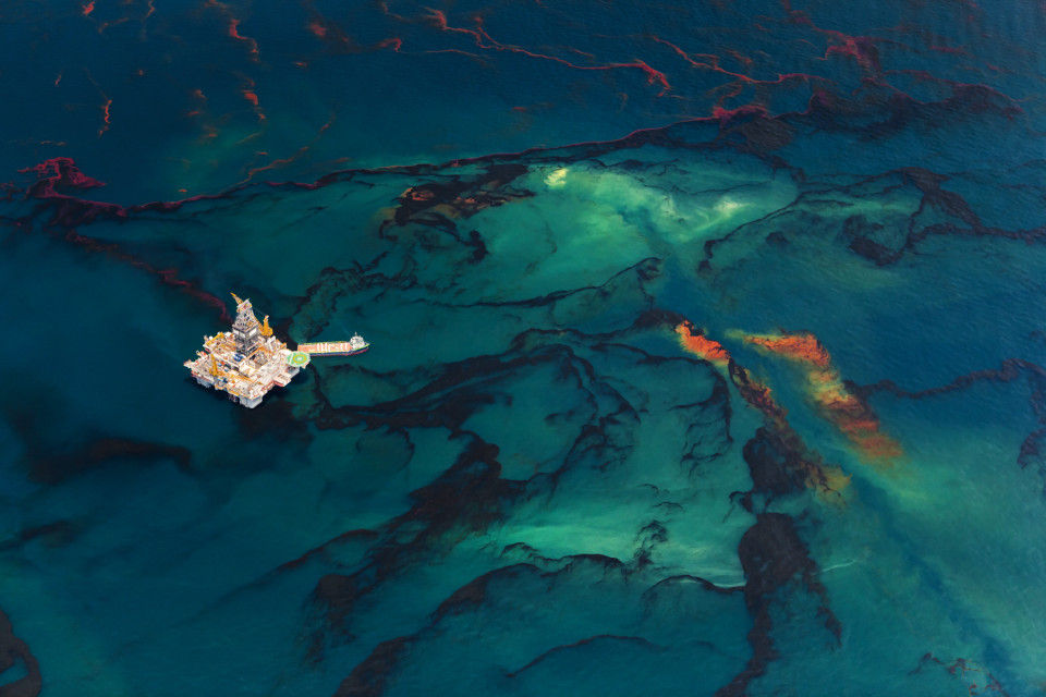 Gulf of Mexico, Louisiana (USA). May 18th, 2010. Aerial views of the oil that still leaks from the Deepwater Horizon wellhead. The BP leased oil platform exploded on April 20 and sank after burning. © Daniel Beltra, courtesy of Catherine Edelman Gallery, Chicago