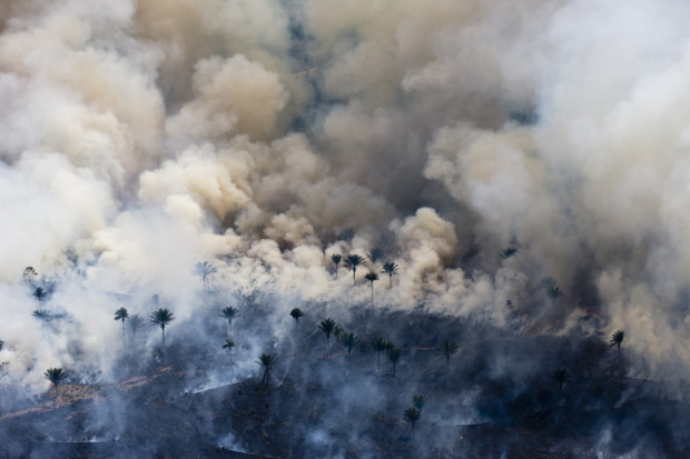 Man made fires to clear the land for cattle or crops. Sao Felix Do Xingu Municipality, Para State, Brazil. © Daniel Beltra