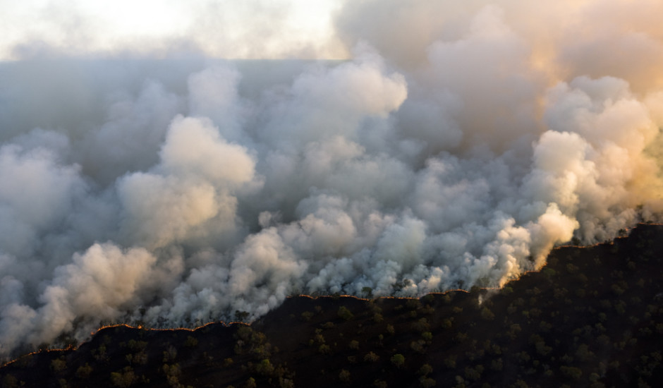 "Man made fire on the ""cerrado"" bordering Araguaya National Park, Mato Grosso, Brazil to clear the land for cattle use. © Daniel Beltra"